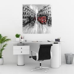 Affiche 30 x 30 - Rue en noir et blanc avec bus rouge
