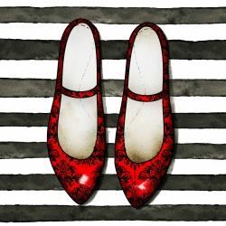 Brillantes chaussures rouges sur fond rayé