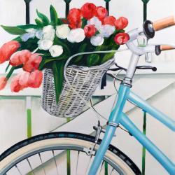 Bicyclette avec panier de tulipes