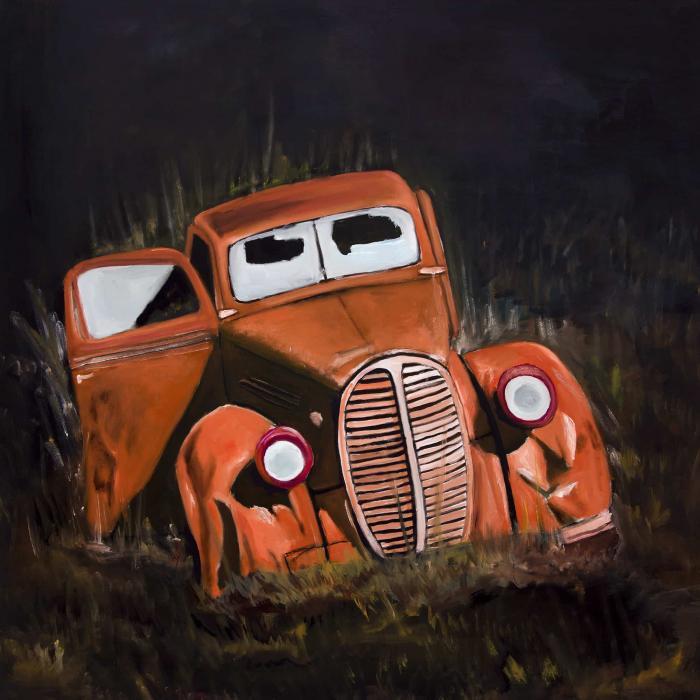 Vieille voiture bossée de nuit