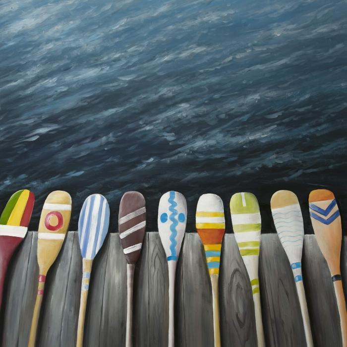 Pagaies colorées sur le quai