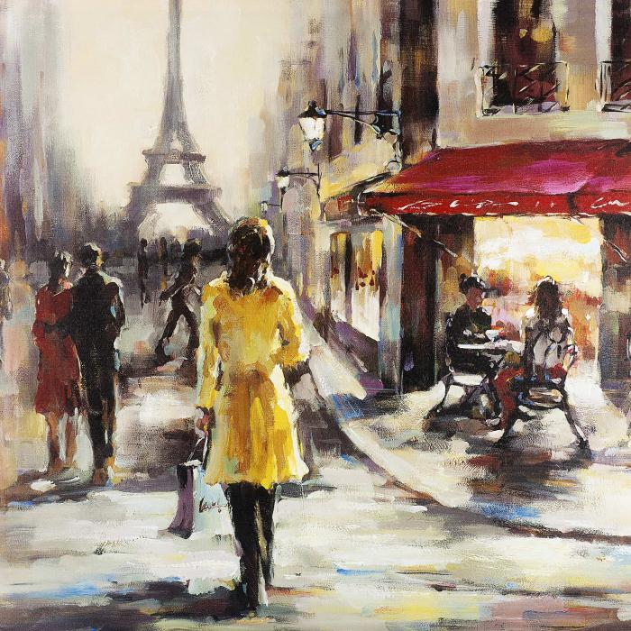Femme au manteau jaune marchant dans la rue